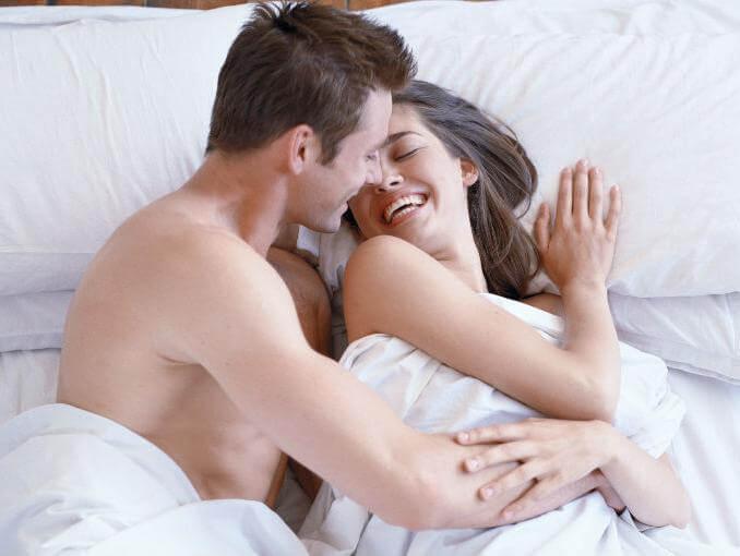 I benefici del ridere a letto