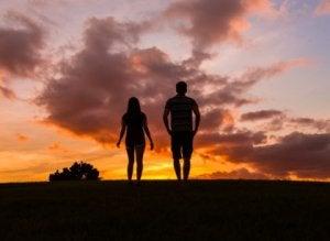 uomo e donna di spalle amicizia