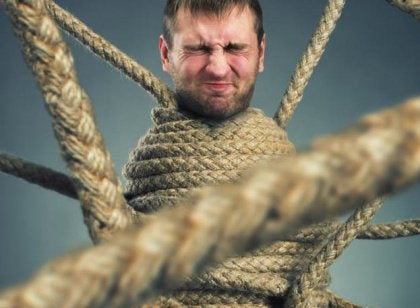 uomo stretto da corde