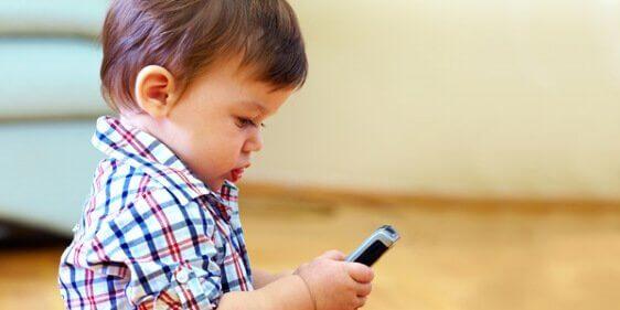 Bambino-cellulare