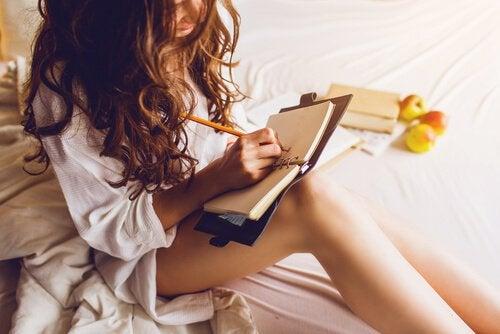 donna-scrivendo-piani