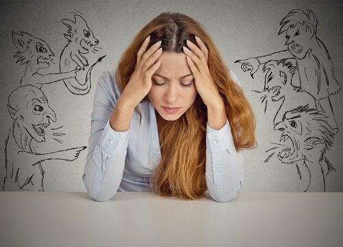Giudicare: un'abitudine comune nelle persone frustrate