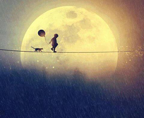Bambino cammina vicino alla luna