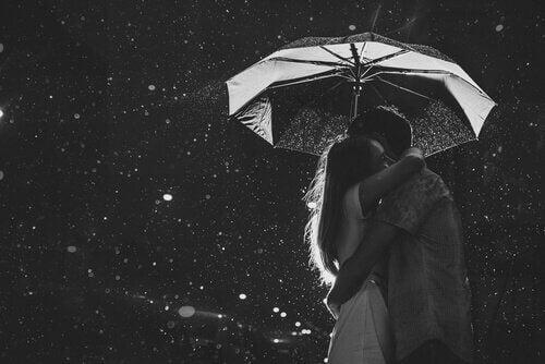 abbraccio sotto la pioggia