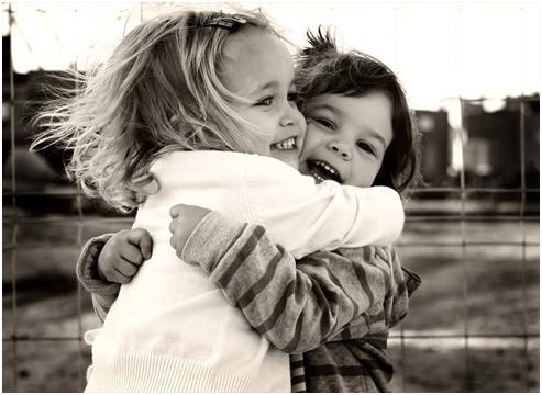 Amici che abbracciano forte e il mondo respira insieme a me
