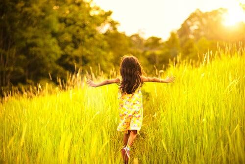 bambina che corre in un campo