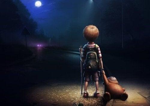 bambino per strada con orsacchiotto