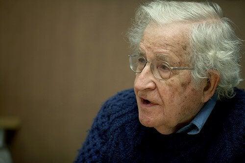 13 citazioni del grande intellettuale Chomsky