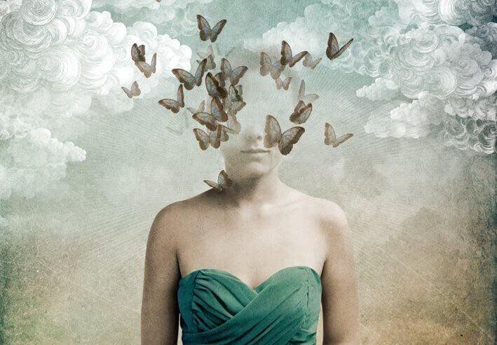 donna con testa che svanisce in uccelli