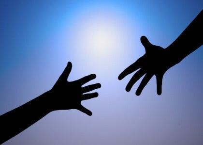 due mani l'una verso l'altra