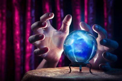 mani e sfera magica