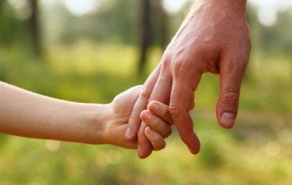 mano bambino e adulto