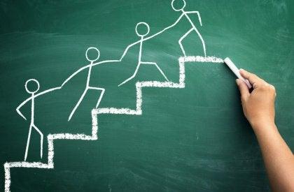 persone che si aiutano salendo le scale