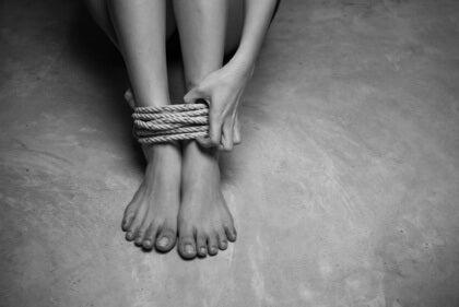 piedi legati da una corda