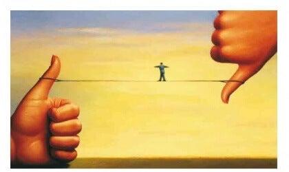 uomo in equilibrio su un filo