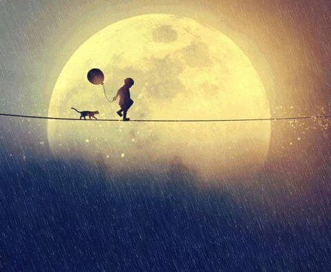 Bambino-che-cammina-vicino-alla-luna