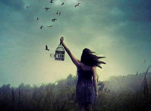 donna-libera-uccelli-dalla-gabbia