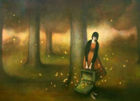 ragazza nel bosco con valigia piena di farfalle