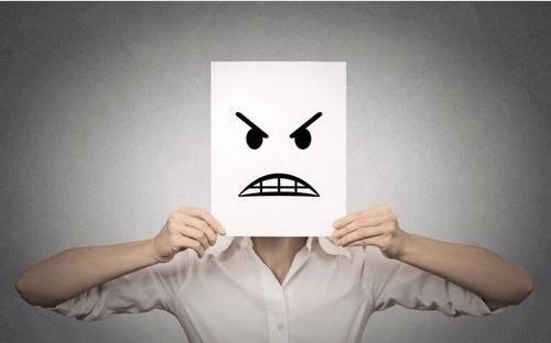 Persona con viso arrabbiato