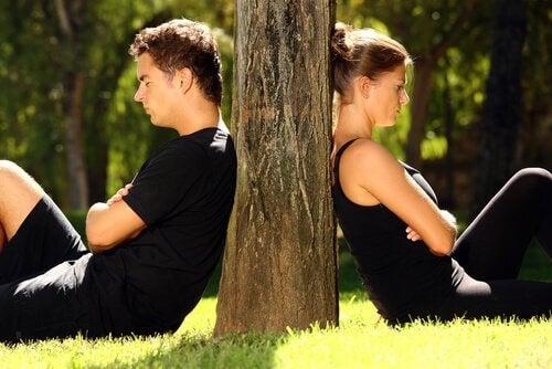 coppia-arrabbiata-di-spalle