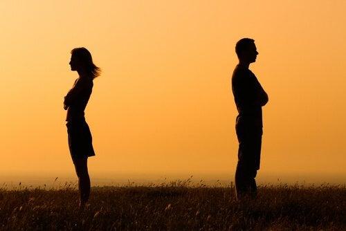coppia che si da le spalle a distanza