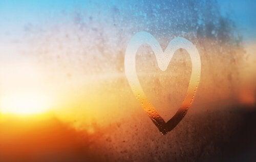 cuore disegnato sul vetro