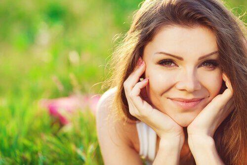 donna che sorride felice