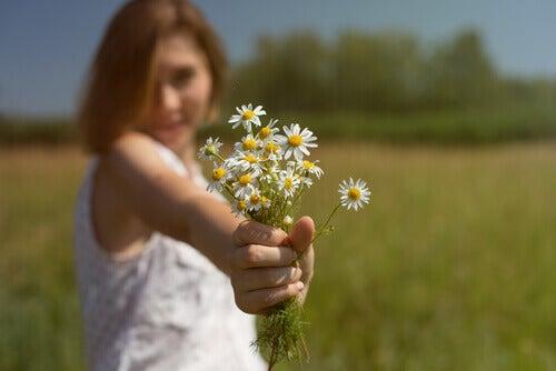 donna-offre-fiori
