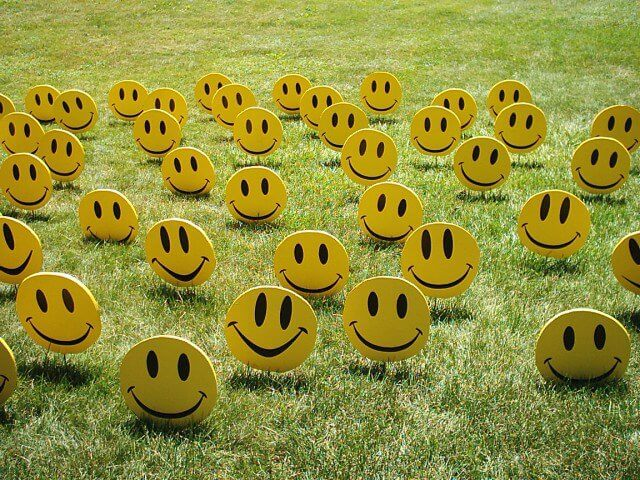 prato con emoticon sorridenti