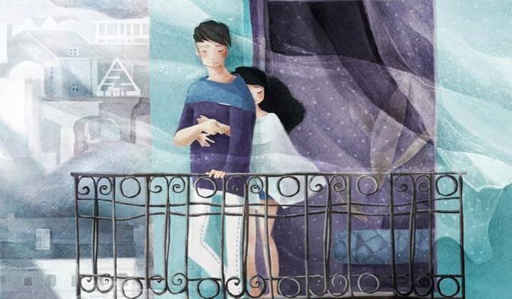 ragazza abbraccia ragazzo sul balcone