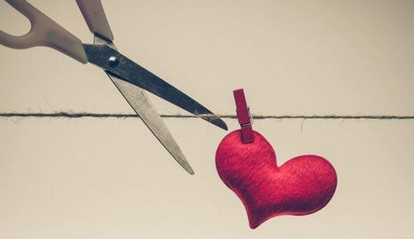 tagliare filo su cui è appeso un cuore