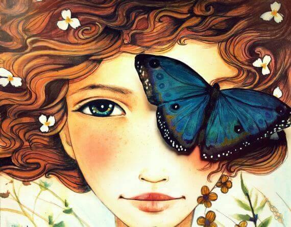 viso di donna con fiori e una farfalla sull'occhio