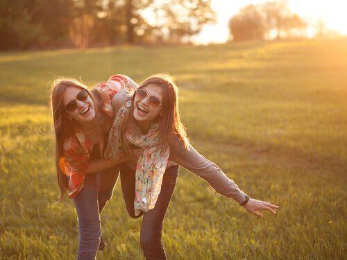 Amiche che sorridono in campagna