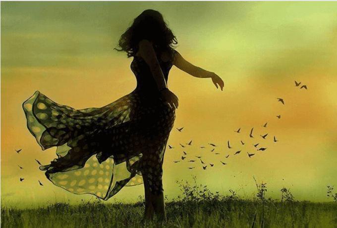 Donna che balla in campagna
