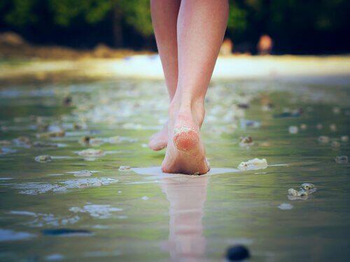 a piedi nudi sull'acqua