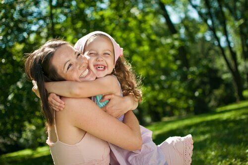 abbraccio tra madre e figlia