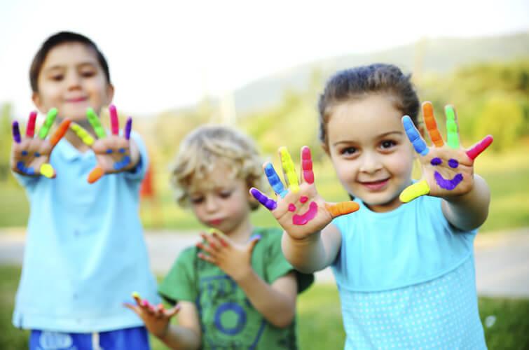 bambini con le mani colorate