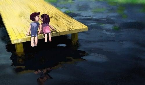 complicità di un bacio tra due fidanzati