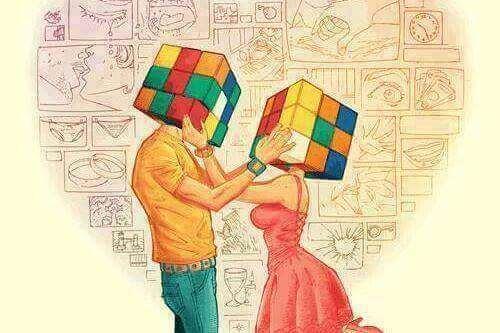 coppia con cubo di rubik in testa