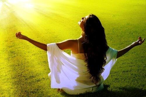 emozioni positive di una ragazza che medita