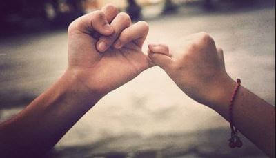 mani complici si stringono