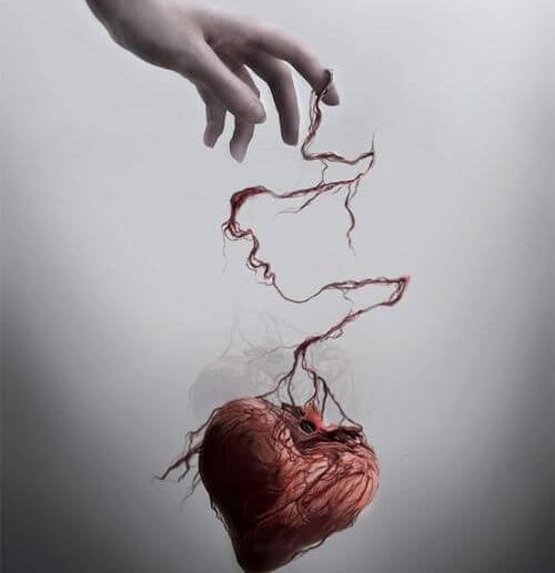 mano che sostiene un cuore con maltrattamenti