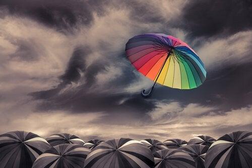 ombrello colorato nel cielo grigio