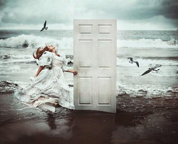 porta sulla spiaggia, ragazza e uccelli