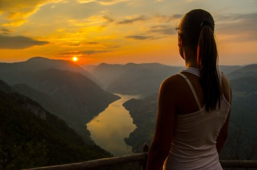 ragazza guarda il tramonto