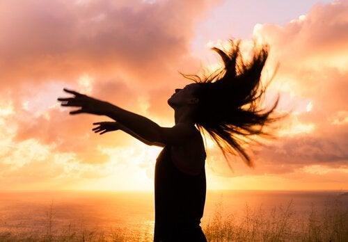 ragazza libera al tramonto