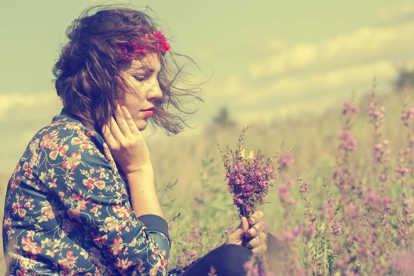 ragazza pensierosa campo di fiori