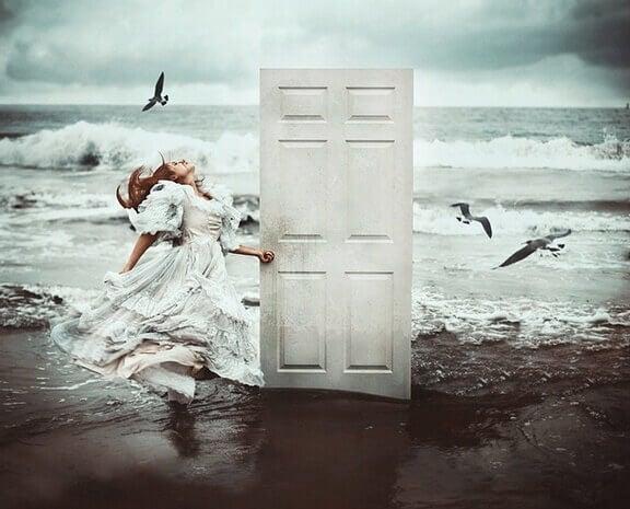ragazza-spiaggia-chiude-porta