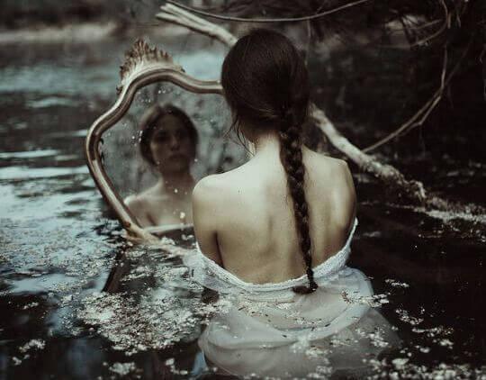 ragazza triste allo specchio