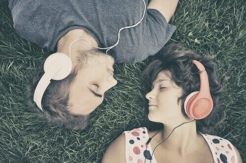 ragazzo e ragazza ascoltano musica